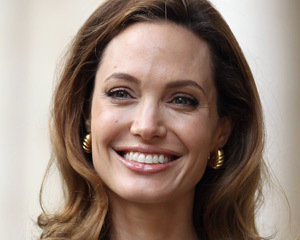 Jolie visits refugee camp in Jordan