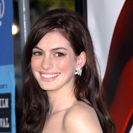 I''m too busy to tie the knot, says Anne Hathaway