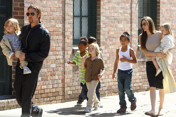 Brangelina's kids visit post office, send letters to Santa