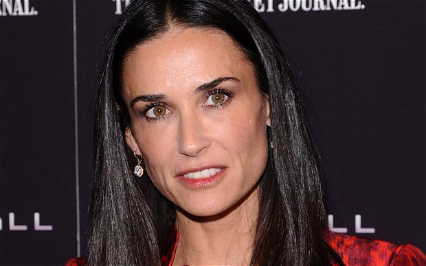 Demi Moore dines with stray cat