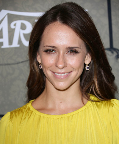 Jennifer Love Hewitt breaks wrist