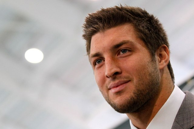 Tim Tebow wants to trademark trendsetting `Tebowing`