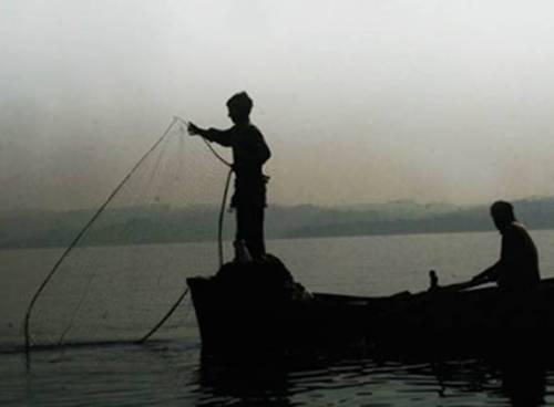 Lankan Navy arrests 10 fishermen